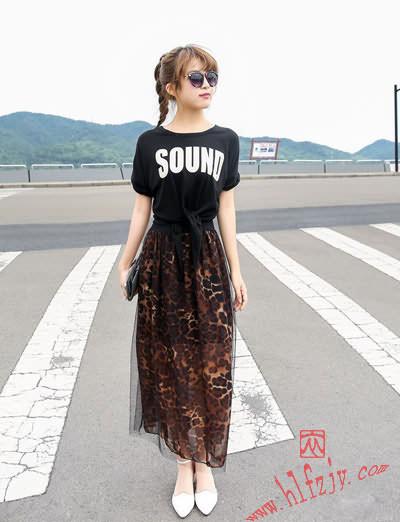 搭配技巧:黑色字母印花t恤搭配豹纹网纱半身裙